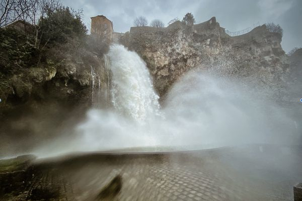 La cascade de Salles-la-Source en furie après le passage de la tempête Justine