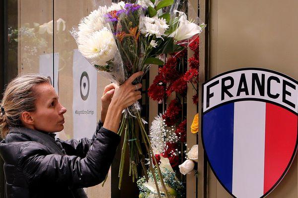 Ambassade de France à Bogota : une femme dépose une gerbe de fleurs en hommage à Julie Huynh, victime d'un attentat.