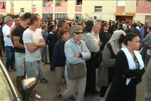 La foule silencieuse a fait une halte devant l'immeuble des parents de la victime à Vauvert