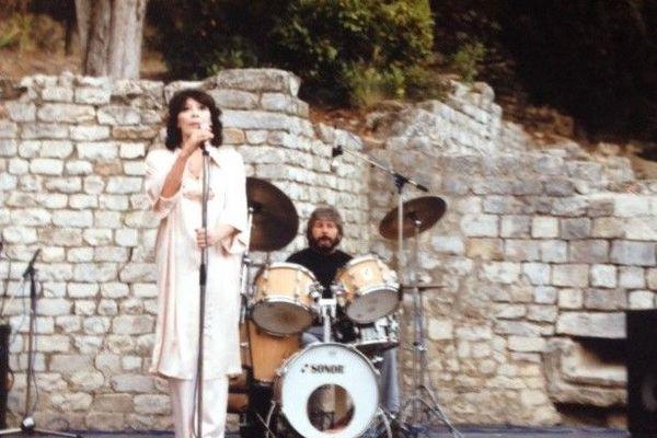Concert de Juliette Gréco en 1986 à Vaison-la-Romaine avec Jean-Marc Lajudie à la batterie.