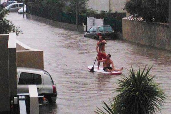 Un paddle dans les rues de Pérols lors des inondations du 29 septembre