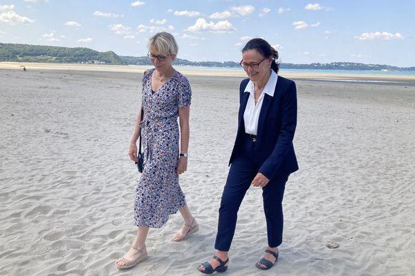 Les deux représentantes de la Cour des comptes sur la plage de Saint-Michel-en-Grève, le 20 juillet 2021