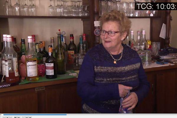 """Jeanne Allanic derrière le comptoir de son bistrot """"La Trinquette"""""""