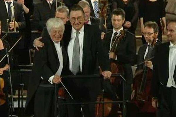 Harry Lapp quitte la scène, salué par le chef d'orchestre Helmuth Rilling