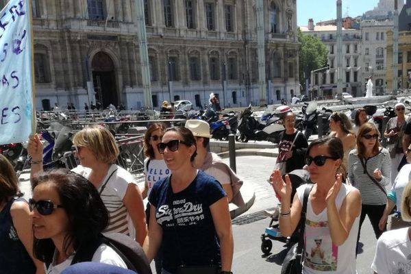 """Manifestation """"Pas de bébés à la consigne"""" devant la préfecture de Marseille"""