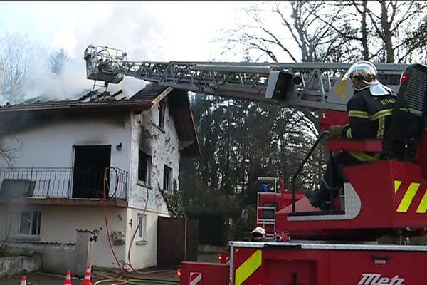 L'incendie de la toiture s'est déclarée en fin de matinée, la propriétaire a été évacuée en urgence absolue