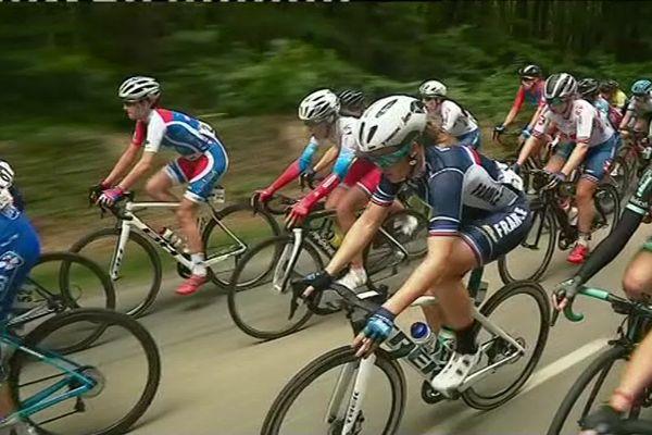Dans le peloton du Tour de Bretagne féminin, pendant la première étape