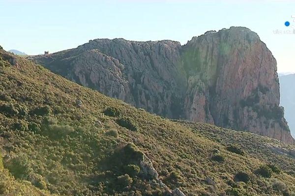 Les randonnées autour du Mont Gozzi offrent des panoramas exceptionnels sur la baie d'Ajaccio.