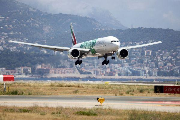 Après des mois d'arrêt de cette liaison à cause de la crise sanitaire, ce Boeing 777 en provenance de Dubaï a pu se poser à l'aéroport de Nice le vendredi 2 juillet.