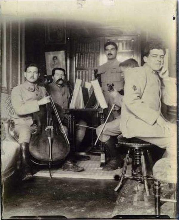 Le violoniste Lucien Durosoir, le pianiste Henri Magne, le compositeur André Caplet, le violoncelliste Maurice Maréchal, ont formé un petit ensemble qui se produisait devant l'Etat-Major pendant la Grande Guerre.