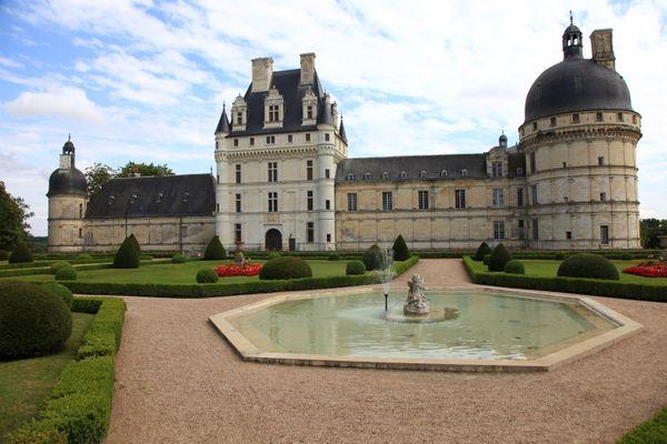 Le château de Valençay et sa fontaine.