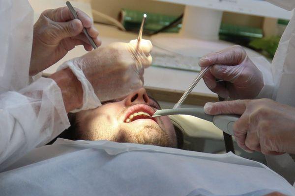 Le dentiste d'une petite ville de Lozère a été mis en examen et placé en détention provisoire vendredi 8 janvier. (image d'illustration)