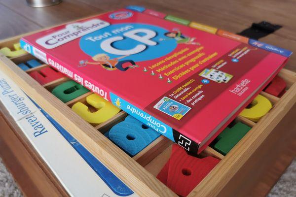 Pour faire cours à ses enfants, Emeline s'est penchée sur la méthode Montessori.