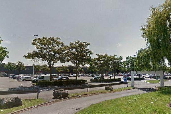 C'est sur ce parking d'une grande surface, à Wattignies près de Lille, que la victime a été agressée de 5 coups de couteau.