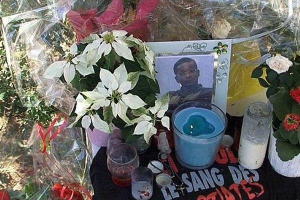 Montpellier - des fleurs et des bougies en mémoire de Sébastien, tué par balles lors d'une fusillade - 31 août 2014.
