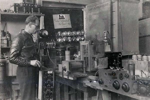 François-Joseph Terrusse, à l'image, et Marcel Jourdan remontent un poste émetteur-récepteur avec des pièces détachées provenant du matériel caché pendant la guerre par Albert Terrusse et ses hommes.