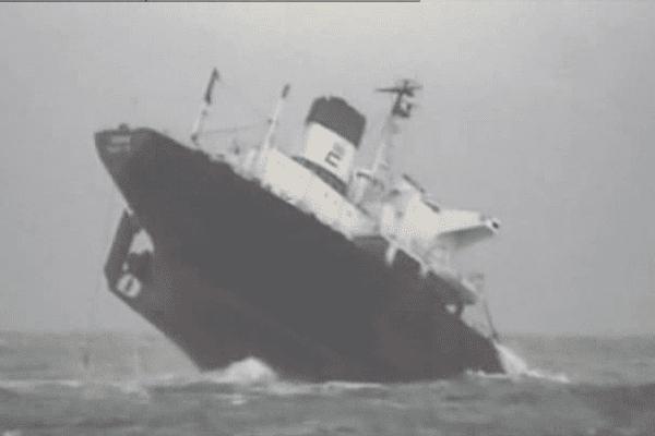 12 décembre 1999, 8h20, l'Érika se casse en deux et son fioul commence à se deverser dans la mer...