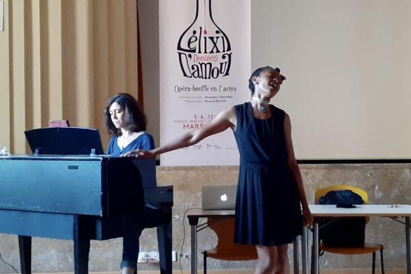 La chanteuse Fé Avouglan accompagnée par la pianiste Juliette Sabbah lors de la soirée de présentation de l'opéra l'Elixir d'amour du Labopéra de l'Oise en juin 2021.