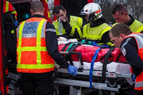 Des pompiers en intervention sur un accident de la route dans la région de Tours.