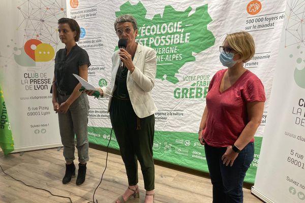 Côte à côte, Najat Vallaud-Belkcem, Fabienne Grébert et Cécile Cukierman présentent les détails de la fusion de leurs listes pour le second tour des élections régionales en Auvergne-Rhône-Alpes lors d'une conférence de presse lundi 21 juin, après toute une nuit et une matinée de longue négociation.