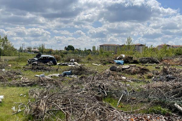 Depuis l'abandon du projet, les 40 hectares de terrain se sont transformés en décharge sauvage.