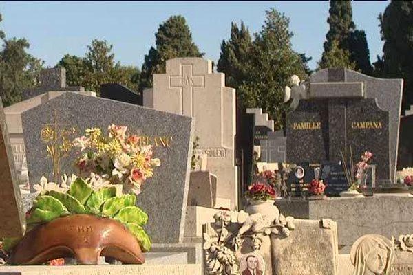 La Toussaint est le jour où l'on va sur les tombes.