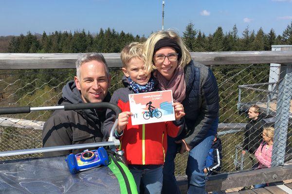 Christian, Jana, Ben et Till venus de Cologne (Allemagne) tout sourire sur la plateforme du belvédère.