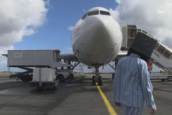 Le directeur de la Comédie de Caen, vêtu d'un pyjama rayé et coiffé d'un cube noir, embarque ce mardi à bord de l'Airbus A300 Zéro-G pour une série de vols paraboliques qui nourriront un projet artistique