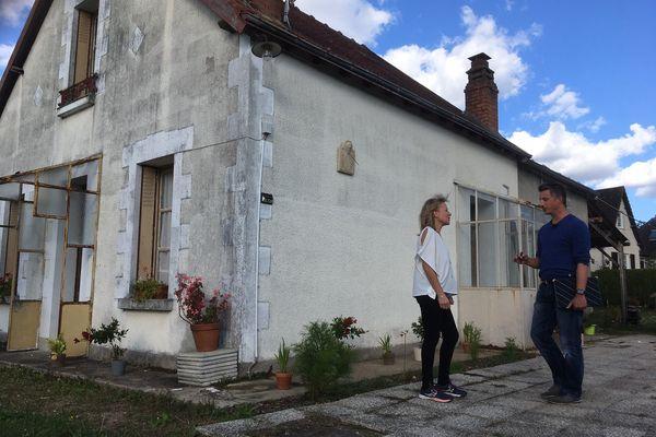 Christelle, devant sa maison, discute avec Bertrand Lehoux, le technicien en habitat insalubre chargé du diagnostic énergétique.