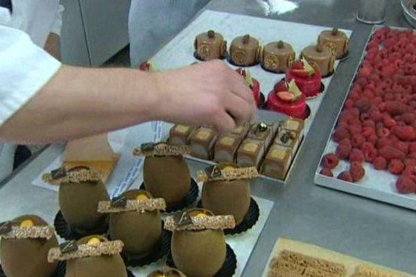 Dans l'atelier d'un chocolatier.