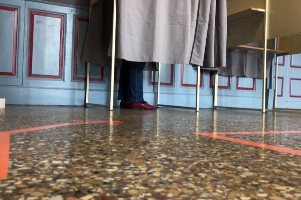 Fléchage au sol jusqu'à l'isoloir à la mairie de Castres (81)