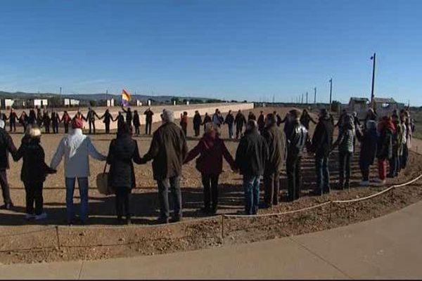 Les membres de l'association FFREEE (fils et fils de Républicains espagnols et enfants de l'exode) avec les membres de la Cimade se rassemblent devant le centre de rétention administrative de Rivesaltes pour rendre hommage aux migrants.
