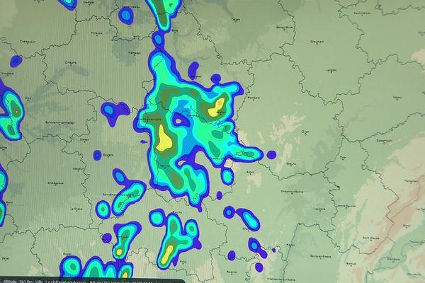 Sur une des simulations de Météo France, les cellules orageuses couvrent les départements de l'Yonne et de la Nièvre dans la nuit du 8 au 9 septembre