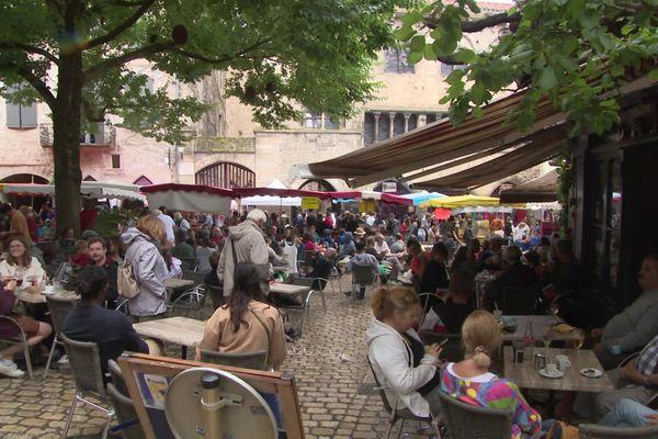 Les rues de Saint-Antonin-Noble-Val font le plein de touristes malgré le départ des Britanniques.