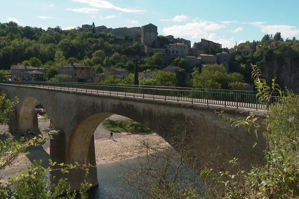 Le pont de Balazuc, un des plus beaux villages de France était conçu pour quelques passages mais enregistre maintenant le trafic d'une départementale
