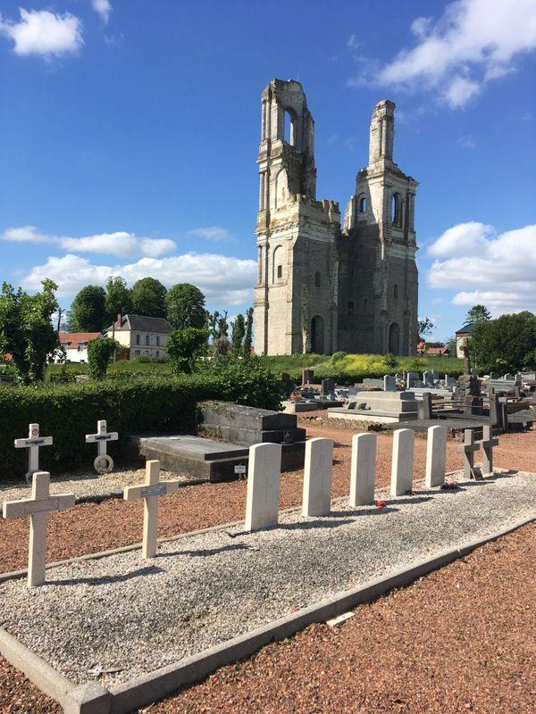 Tombes britanniques et françaises dans le cimetière du Mont-Saint-Eloi.