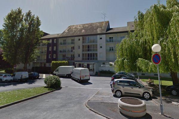 """En période de confinement, la """"danse assise"""" a trouvé ses adeptes aux balcons du foyer logement Croix Milson à Châlons-en-Champagne."""
