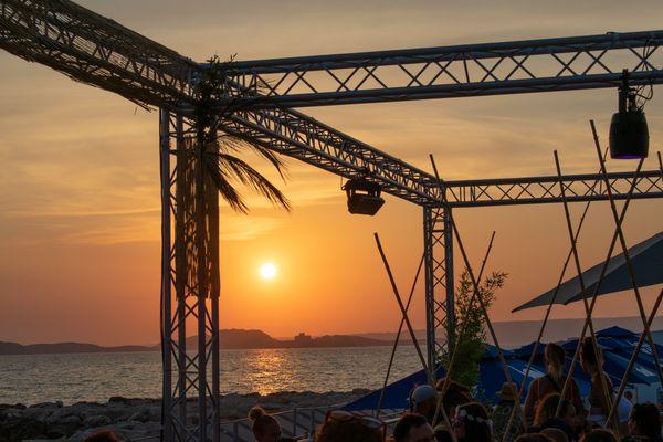 """Soleil couchant à admirer sans modération sur les plages du Prado à Marseille lors du festival """"Ensemble sur les plages""""."""