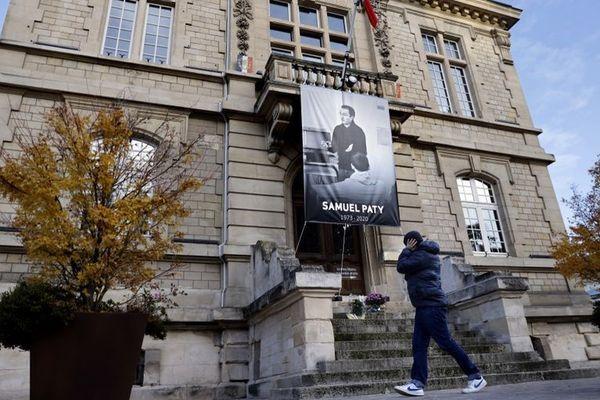 La photo de l'enseignant Samuel Paty est affichée sur la façade de la mairie de Conflans-Sainte-Honorine, dans les Yvelines, le 3 novembre 2020.