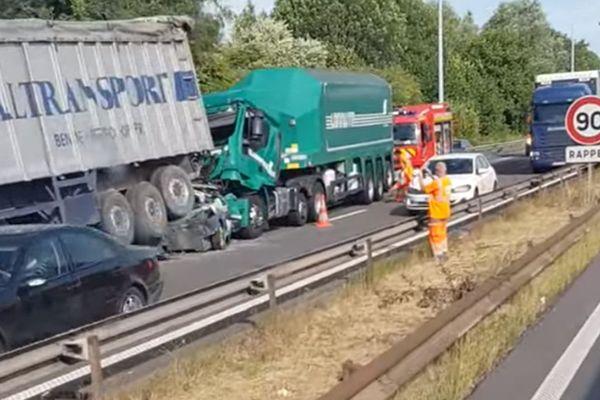 Le véhicule léger a été écrasé entre deux camions