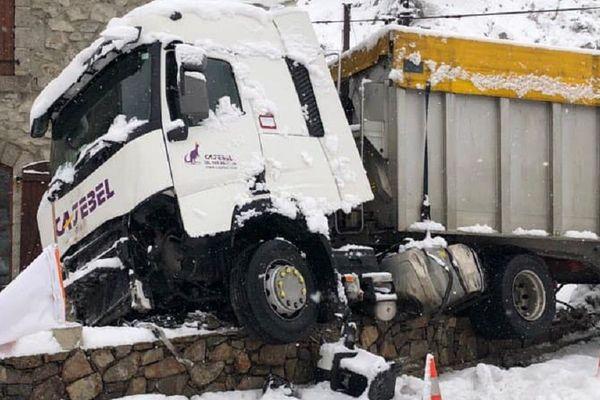 La chauffeur du camion a perdu le contrôle de son véhicule alors qu'il circulait sur la neige malgré l'interdiction à l'Hospitalet-près-l'Adndorre.