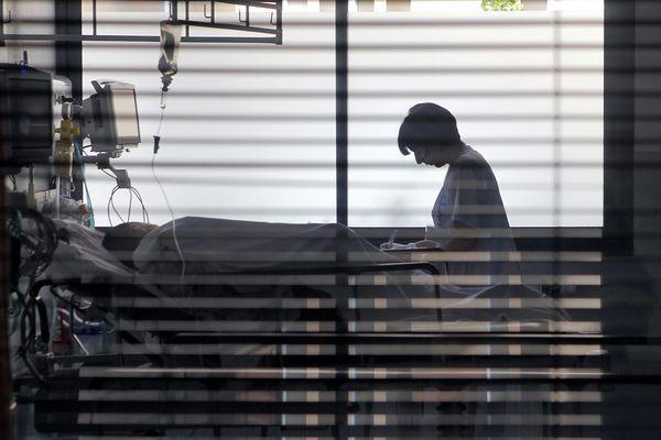 Une infirmière auprès d'un patient (archives : avril 2016)