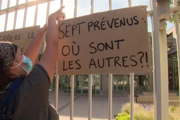 Les étudiants et leurs avocats dénoncent des manquements dans l'instruction de l'affaire.