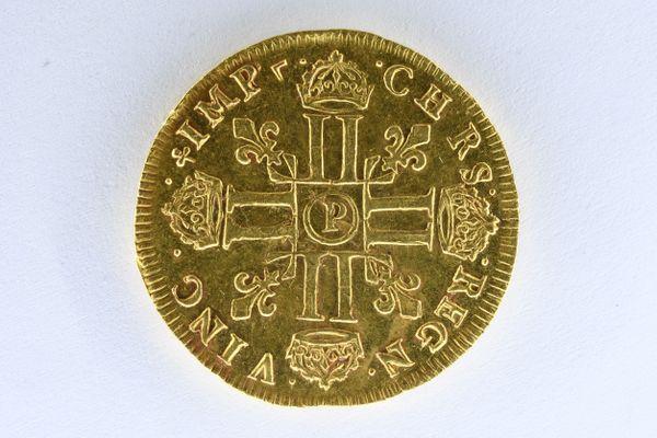 Parmi les 239 pièces d'or retrouvés, quelques raretés comme ce double Louis d'or frappé à la mèche longue de 1646, estimé à près de 15 000 euros.