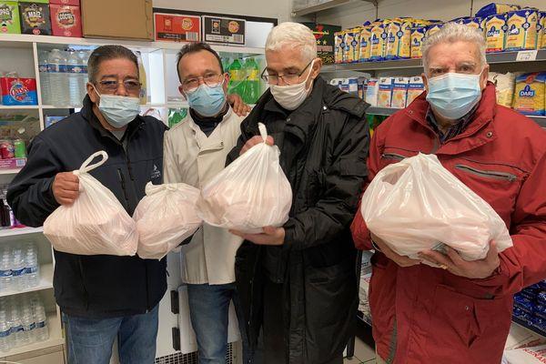 Mourad Slimani ( 2e en partant de la gauche) a commencé avec ses amis retraités ce mercredi 3 février la distribution des colis