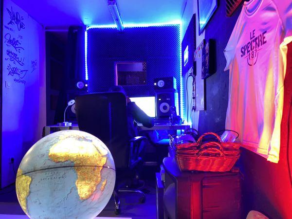 Le Spectre, rappeur Toulousain, produit ses morceaux au sein du studio d'enregistrement du 50cinq.