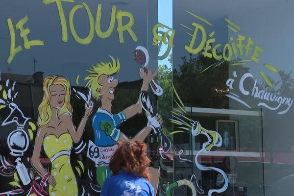 Catherine Lavallade, artiste-peintre, décore les vitrines des commerces de Chauvigny, dans le Sud Vienne, à l'occasion du futur passage du Tour de France.