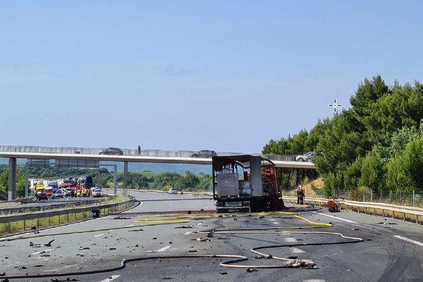 Le choc de la fourgonnette contre le poids-lourd a provoqué un incendie des deux véhicules, des matières transportées et fait deux victimes dont une grièvement brûlée.