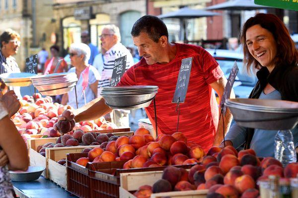 Le marché de Pont de Vaux est l'un des rares encore ouvert dans le département de l'Ain depuis que le confinement général a été décrété avec l'épidémie du Coronavirus en France.
