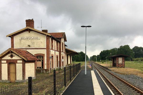 Sur le quai de la gare de Brélidy - Plouëc